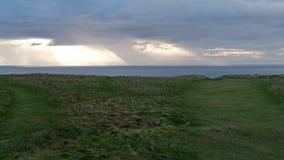 Nubes dramáticas que se mueven sobre el mar de Irlanda visto desde País de Gales almacen de metraje de vídeo
