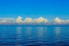 Nubes dramáticas sobre horizonte azul Imagen de archivo