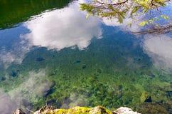 Nubes duplicadas en la bahía cristalina fotografía de archivo libre de regalías