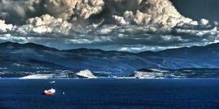 Nubes duras sobre el puente Imagen de archivo libre de regalías
