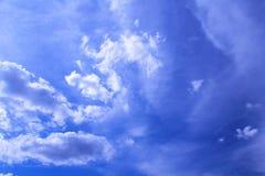 Nubes en cielo azul foto de archivo libre de regalías