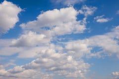 Nubes en cielo azul imagenes de archivo