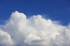 Nubes en cielo azul Imágenes de archivo libres de regalías