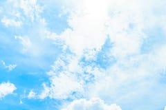 Nubes en cielo azul Imagen de archivo