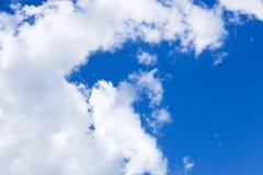Nubes en cielo azul brillante Fotografía de archivo