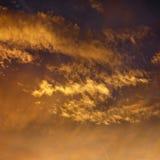 Nubes en cielo con puesta del sol. Foto de archivo libre de regalías