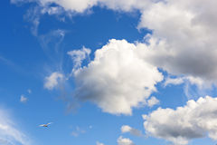 Nubes en cielo en día agradable Imagen de archivo libre de regalías