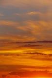 Nubes en cielo en la puesta del sol Imagenes de archivo