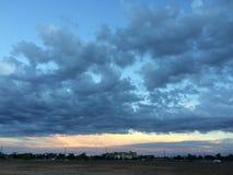 Nubes en cielo sobre paisaje Foto de archivo libre de regalías