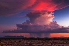 Nubes en colores pastel en la puesta del sol imagenes de archivo