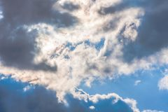 Nubes en el cielo azul imagenes de archivo