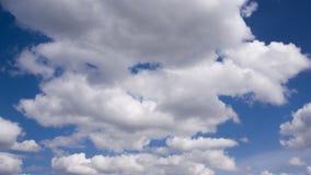 Nubes en el cielo azul metrajes