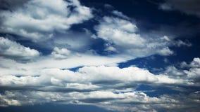 Nubes en el cielo azul almacen de metraje de vídeo