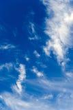 Nubes en el cielo azul Fotos de archivo libres de regalías