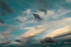 Nubes en el cielo azul durante puesta del sol Foto de archivo