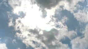 Nubes en el cielo azul hecho excursionismo por el sol almacen de video