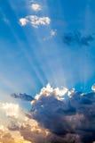 Nubes en el cielo azul y los rayos de Sun Imagen de archivo