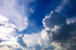 Nubes en el cielo por la tarde Imagen de archivo libre de regalías