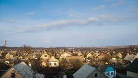 Nubes en el cielo que se mueve sobre las casas en la ciudad Lapso de tiempo almacen de video