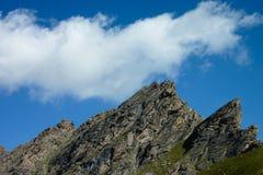 Nubes en el cielo sobre un canto de la montaña Imagenes de archivo