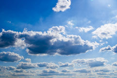 Nubes en el cielo soleado Imagenes de archivo