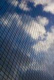 Nubes en el edificio de oficinas Imágenes de archivo libres de regalías