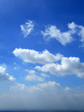 Nubes en el fondo del cielo azul Imagen de archivo