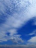 Nubes en el fondo del cielo azul Fotos de archivo