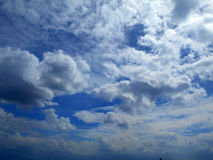 Nubes en el fondo del cielo azul Fotografía de archivo libre de regalías