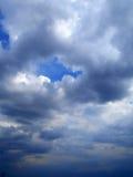 Nubes en el fondo del cielo azul Fotografía de archivo