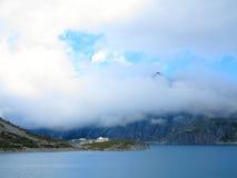 Nubes en el paisaje del lago y del macizo Imagenes de archivo