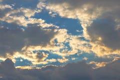 Nubes en fondo del cielo Imagenes de archivo
