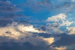 Nubes en fondo del cielo azul Fotos de archivo