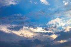 Nubes en fondo del cielo azul imagen de archivo