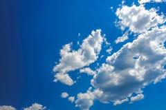 Nubes en fondo del cielo azul Imágenes de archivo libres de regalías