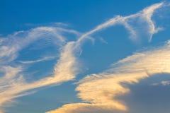 Nubes en fondo del cielo azul Fotos de archivo libres de regalías