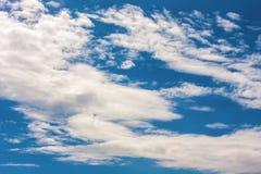 Nubes en fondo del cielo azul Foto de archivo libre de regalías