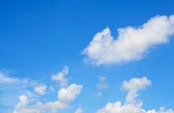 Nubes en fondo del cielo azul Fotografía de archivo