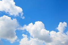 Nubes en fondo del cielo azul Imagenes de archivo