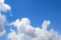Nubes en fondo del cielo azul Imagen de archivo libre de regalías
