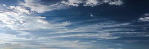 Nubes en fondo del cielo azul Resista al cielo azul de la naturaleza con la nube y el sol blancos imagen de archivo libre de regalías