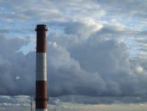 Nubes en la ciudad fotos de archivo