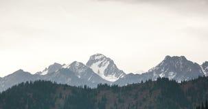 Nubes en la cumbre de la montaña almacen de metraje de vídeo