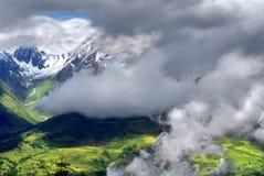 Nubes en la montaña fotografía de archivo