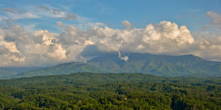 Nubes en la montaña Fotos de archivo libres de regalías