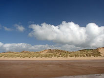 Nubes en la playa imágenes de archivo libres de regalías