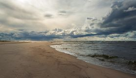 Nubes en la playa imagen de archivo