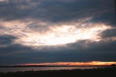 Nubes en la puesta del sol Fotos de archivo libres de regalías