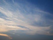 Nubes en la puesta del sol del cielo azul, Tailandia Imagen de archivo