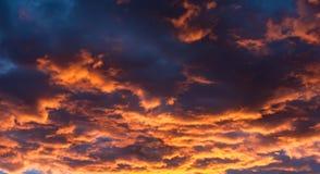 Nubes en la puesta del sol en Nevada Desert Foto de archivo